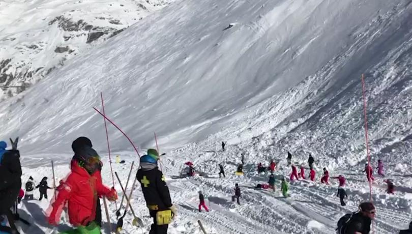 снимка 2 Най-малко четирима души са загинали при лавина във френския курорт Тин