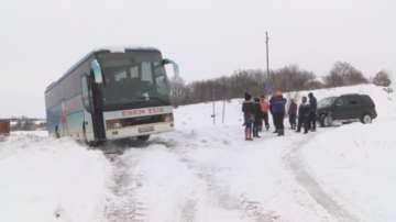 Автобус с ученици закъса в преспите край хасковското село Маслиново