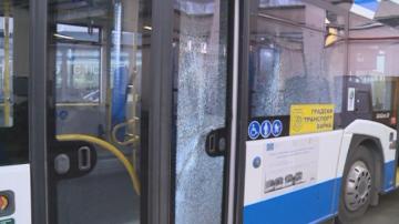 Два автобуса във Варна са със счупени стъкла след стрелба по тях