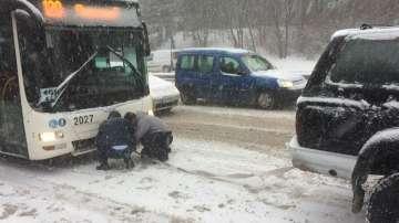 Джип тегли автобус на столичния градски транспорт