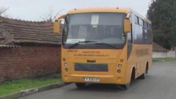 Ученически автобус аварира на пътя, няма пострадали деца