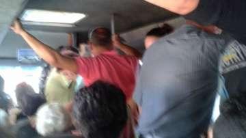 Претъпкан автобус вози правостоящи хора в жегата