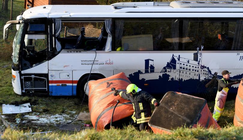 снимка 1 Две деца загинаха в катастрофа с училищен автобус в Германия (СНИМКИ)
