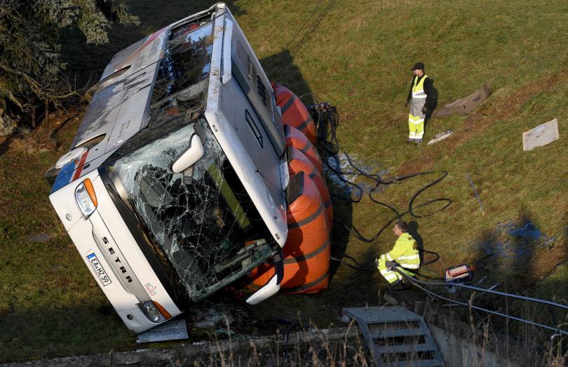 снимка 2 Две деца загинаха в катастрофа с училищен автобус в Германия (СНИМКИ)