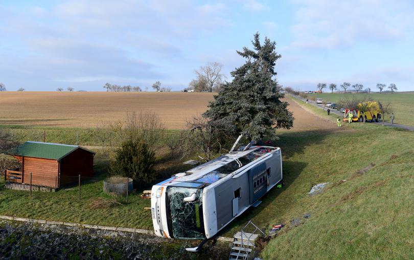 снимка 3 Две деца загинаха в катастрофа с училищен автобус в Германия (СНИМКИ)