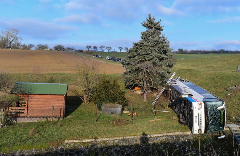 снимка 4 Две деца загинаха в катастрофа с училищен автобус в Германия (СНИМКИ)