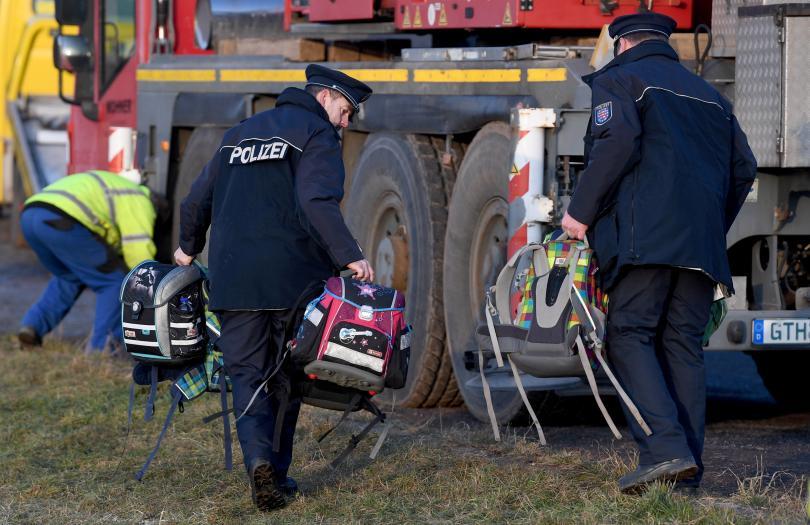 снимка 5 Две деца загинаха в катастрофа с училищен автобус в Германия (СНИМКИ)