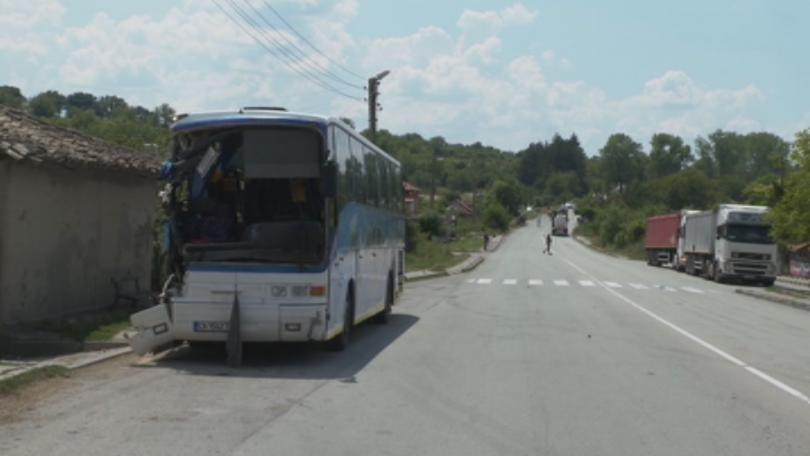 Автобус с 50 ученици от столично училище катастрофира край търговищкото