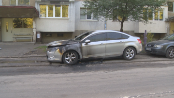 Кола на разследващ полицай горя в София