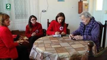 Доброволци помагат на самотно живеещи възрастни хора в Пловдив