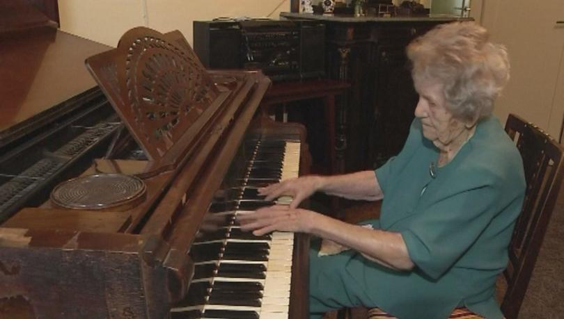 108-годишна баба от Полша още свири на пиано