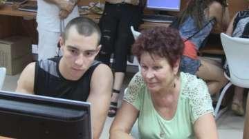 Внуци обучават баби как да боравят с телефони и компютри