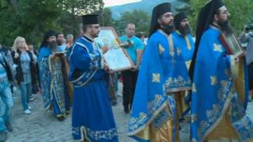 Хиляди се стичат в Бачковския манастир, за да се докоснат до Чудотворната икона