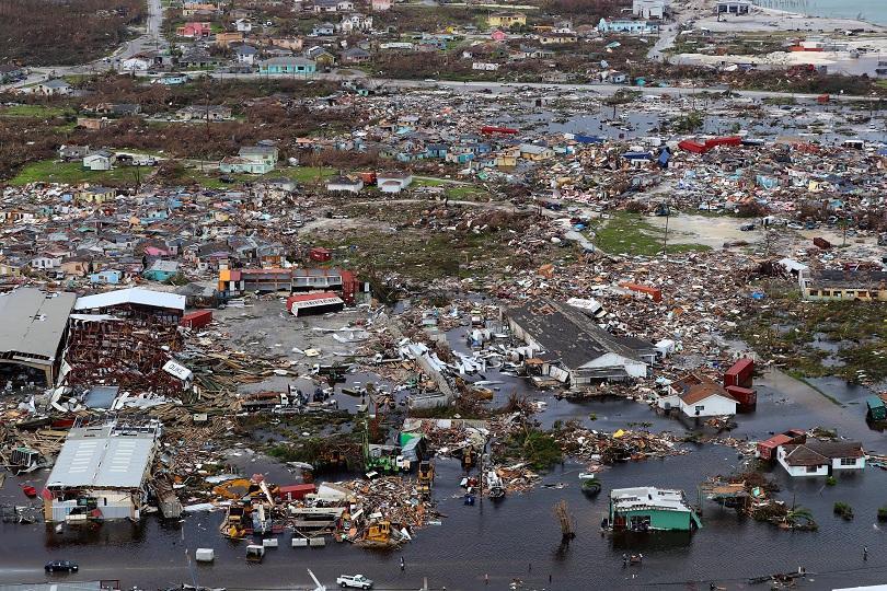 Дориан вече е ураган от първа степен. Подмина Северна и