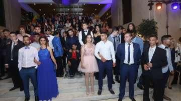 Президентът организира абитуриентски бал за младежи в неравностойно положение