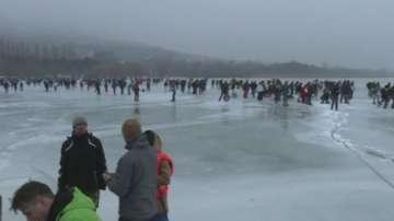 Десетки унгарци се радват на замръзналото езеро Балатон