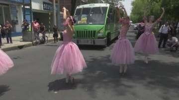 Балет сред трафика: Танцьори в Мексико сити изнасят 58-секундни спектакли