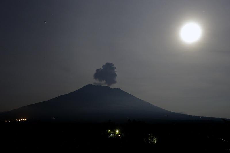 Вулканът Агунг на индонезийския остров Бали изхвърля гъст дим