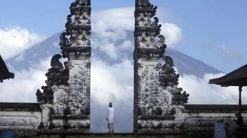 Десетки хиляди евакуирани заради вулкани в Индонезия и Вануату