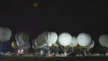 Балони издигнаха 10-метров трибагреник при Мелнишките пирамиди