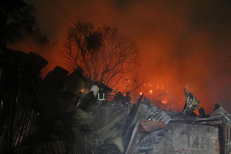снимка 1 10 000 души в Бангладеш останаха без дом, след като пожар изпепели жилищата им