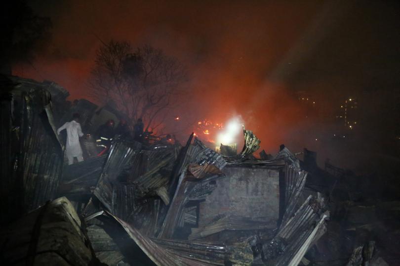 снимка 2 10 000 души в Бангладеш останаха без дом, след като пожар изпепели жилищата им