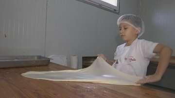 9-годишен малчуган върти майсторски баници в Сърбия
