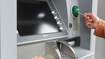 Клиентите плащат все по-високи такси за услугите и операциите в банки