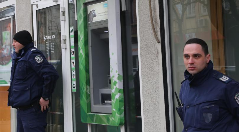 Посред бял ден в центъра на София маскиран мъж нахлу