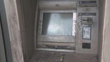 Арестуваха трима мъже при опит да поставят скимиращо устройство на банкомат