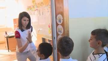 Учителка от Банско посреща децата с бутони за щастие