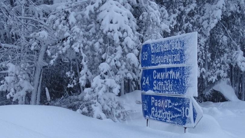 снимка 2 Зимата се завърна: Снегът затрудни трафика по основните пътища в страната