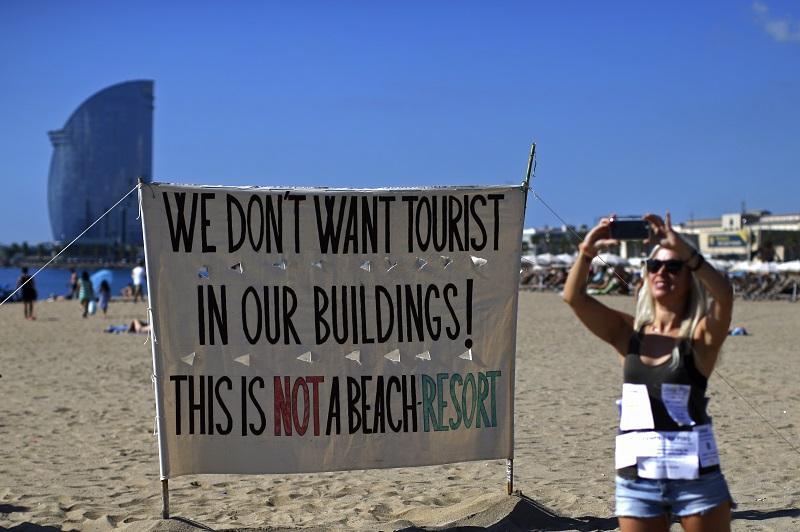 """Надпис """"Не искаме туристи в сградите си! Това не е плажен курорт"""" в Барселона, Испания"""