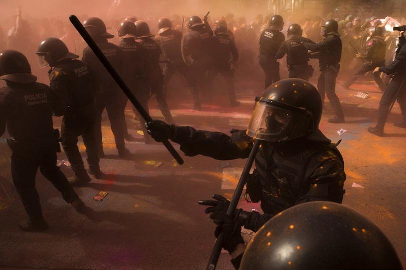 сблъсъци барселона сепаратисти полицаи