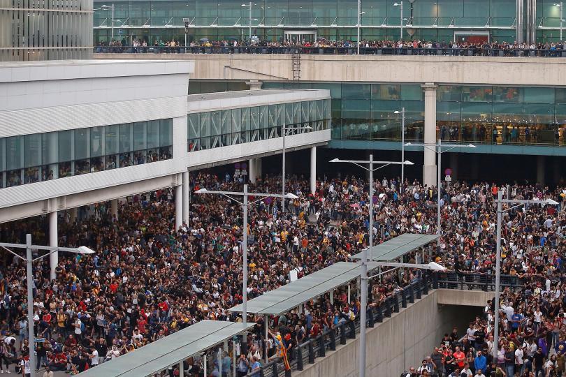 Продължават започналите тази сутрин протести в град Барселона, Испания, като