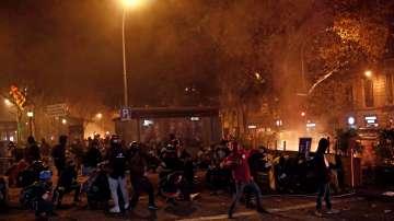 Близо 200 ранени в Каталуния след поредна нощ на сблъсъци
