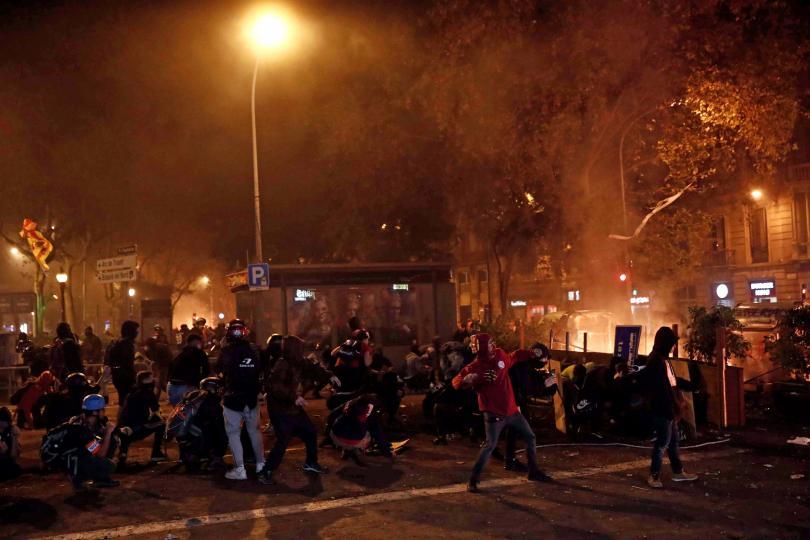 Снимка: Близо 200 ранени в Каталуния след поредна нощ на сблъсъци