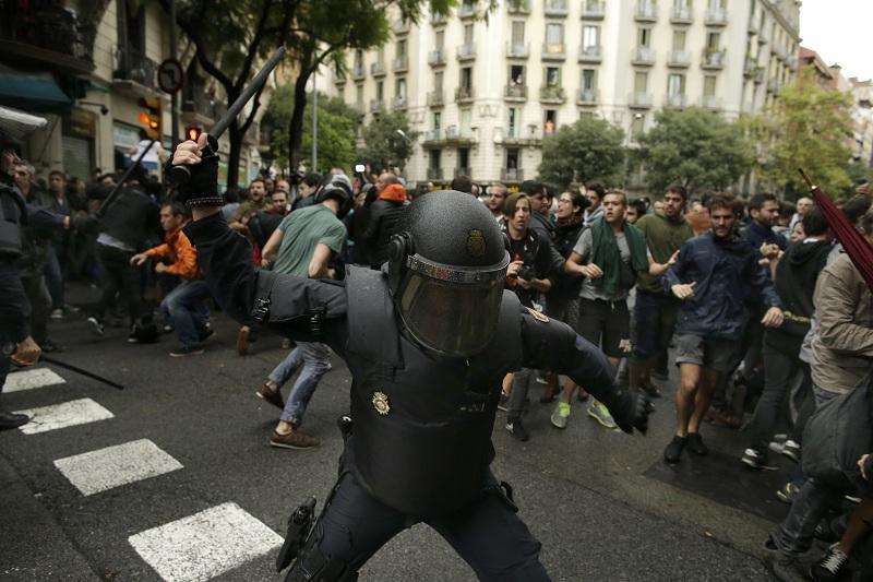 снимка 5 Над 700 са ранени при сблъсъците в Каталуния (обновява се)