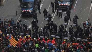 Бурни протести в Барселона: Полицията използва сълзотворен газ