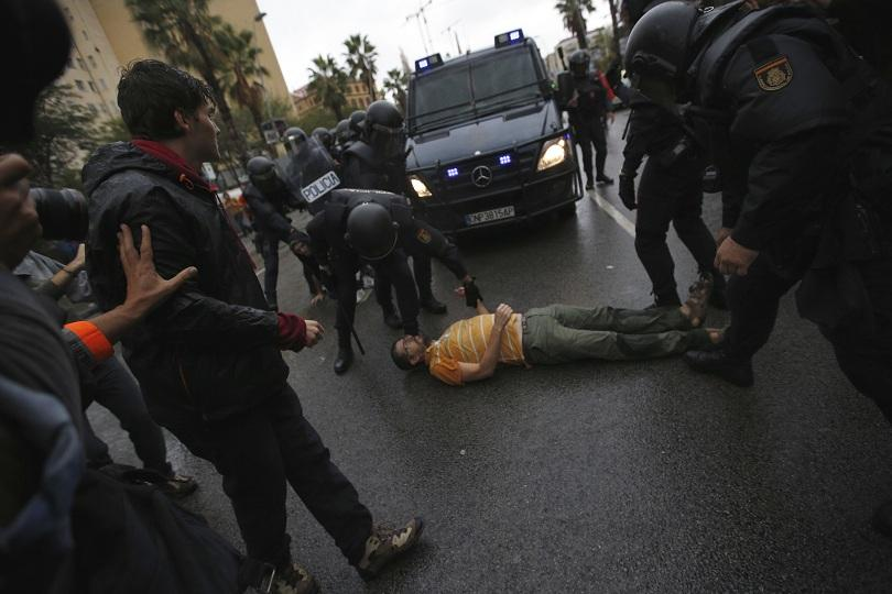 снимка 1 Над 700 са ранени при сблъсъците в Каталуния (обновява се)