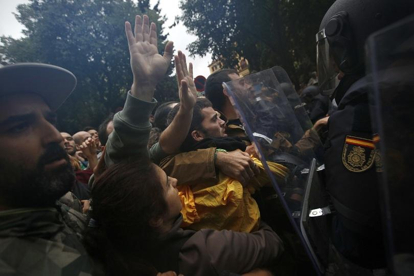 снимка 2 Над 700 са ранени при сблъсъците в Каталуния (обновява се)