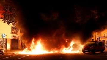 Десетки автомобили са запалени при протестите в Барселона