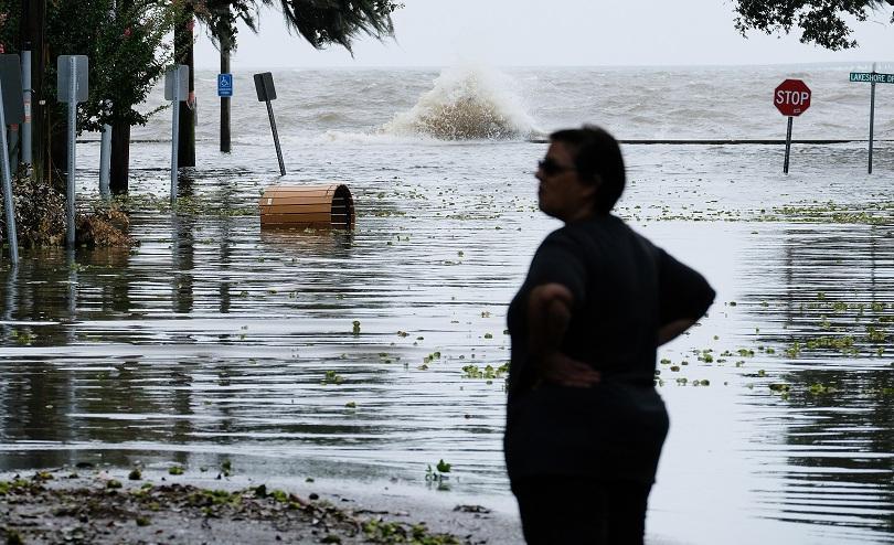 Природната стихия се движи много бавно към сушата, придружена с