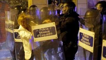 Ранени при сблъсъци между демонстранти и полиция в Барселона