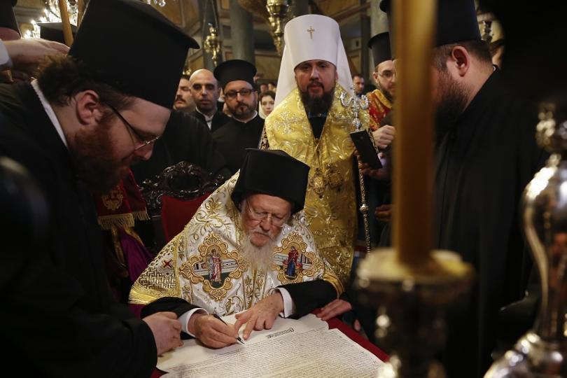С този подпис беше дадена автокефалия на Украинската православна църква