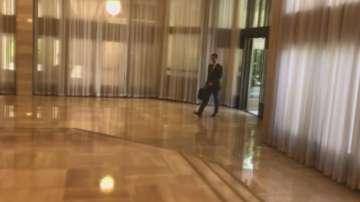 Появиха се кадри на Башар Асад, който отива на работа след ударите