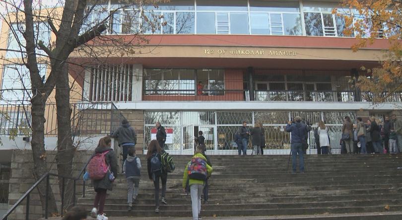 Родители на първокласници от столичното 122-ро училище подкрепиха бащата на