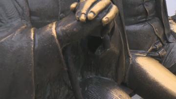Възстановиха бастуна от статуята на баща и син Славейкови