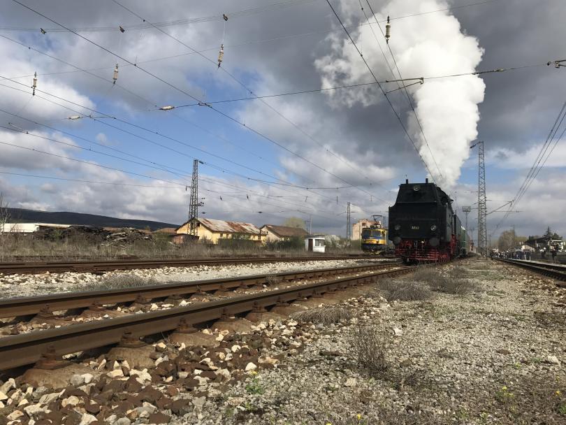 снимка 1 Уникално пътешествие с парния локомотив Баба Меца и царските вагони