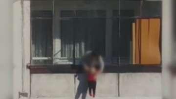 Момиче провеси бебе от осмия етаж на блок в София